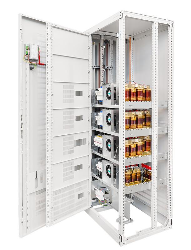 Bateria kondensatorów Zvar w obudowie.